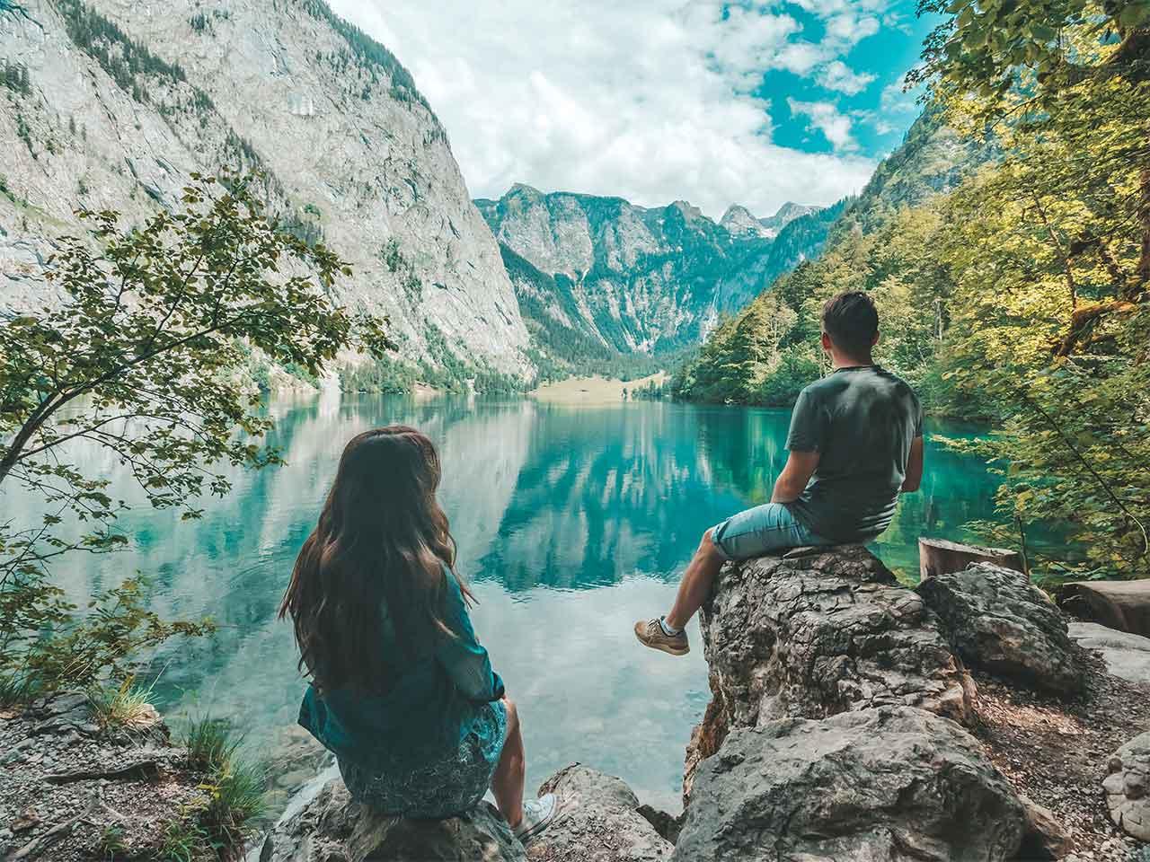 Valentin und Jasmin am Obersee mit Aussicht auf die Fischunkelalm