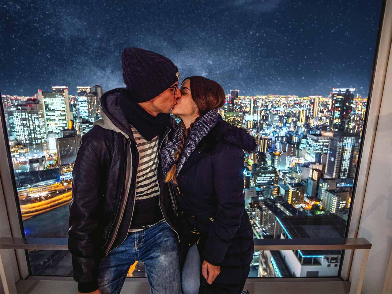 Jasmin und Valentin im Umeda Sky Buidling mit Osaka bei Nacht