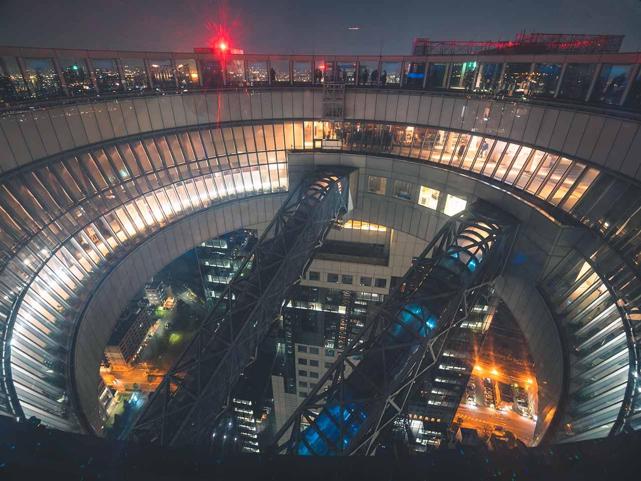 Rolltreppen die die zwei Wolkenkratzer vom Umeda Sky Building miteinander verbinden