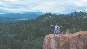 Pai Canyon - Jasmin und Valentin vor dem Abgrund am Pai Canyon mit Aussicht auf Landschaft und Gebirge
