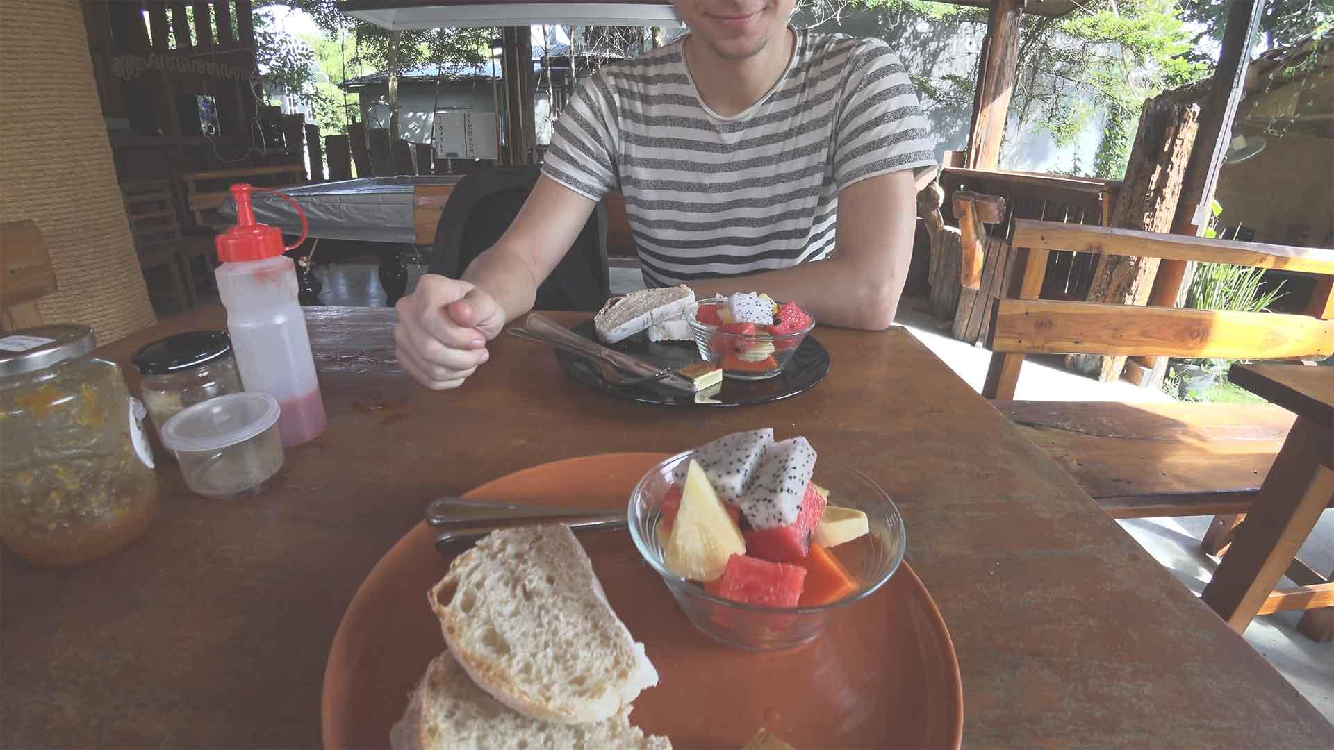 Easy Guesthouse Hostel in Pai Frühstück - frische Früchte und Brot mit Butter und Marmelade