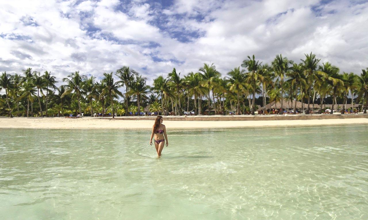 Jasmin steht im Meer beim Dumaluan Beach