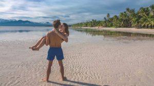 Philippinen Reisetipps: Jasmin und Valentin am Strand von Siquijor