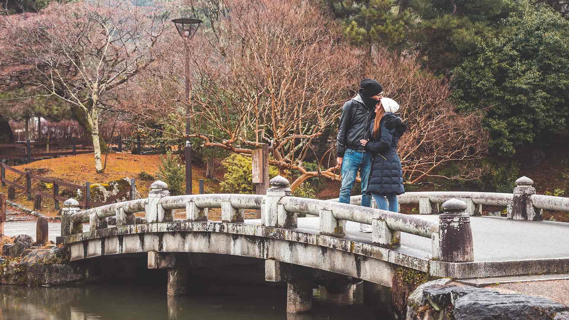 Valentin und Jasmin auf einer Brücke in Kyoto, Japan