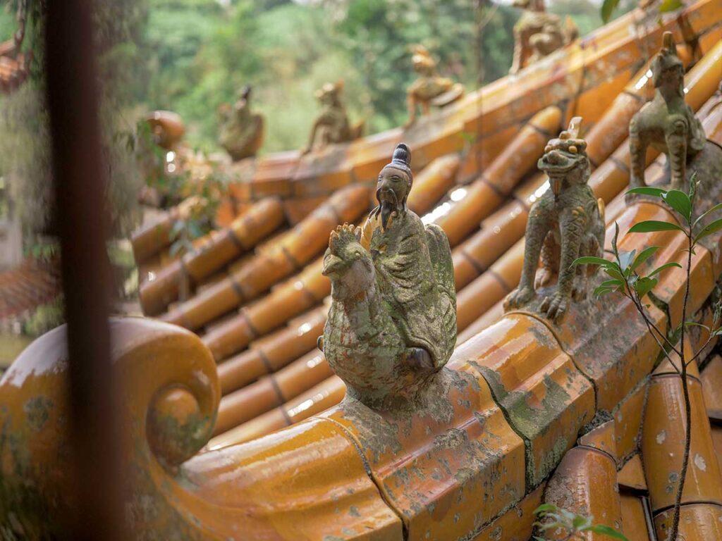 Chinesische Kunst am Dach vom Sam Poh Tong Tempel in Ipoh