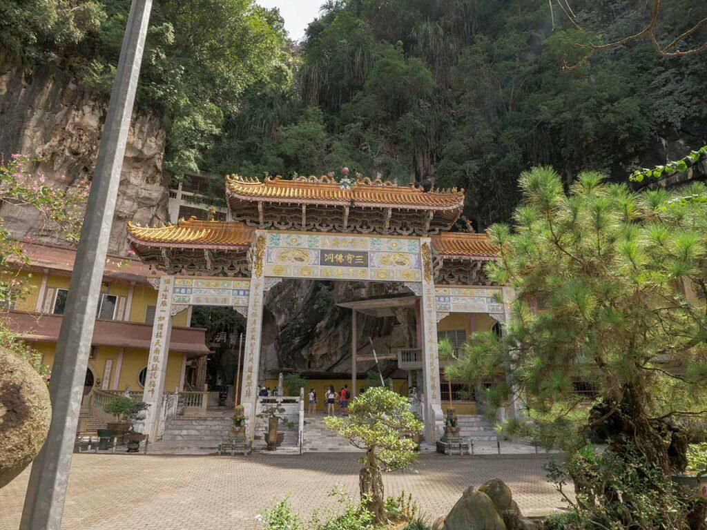 Eingang des Sam Poh Tong Tempel in Ipoh