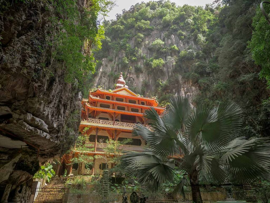 Sam Poh Tong Tempel in Ipoh angestrahlt von der Sonne