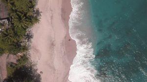 Jasmin und Valentin laufen am Strand von Tangalle in Sri Lanka