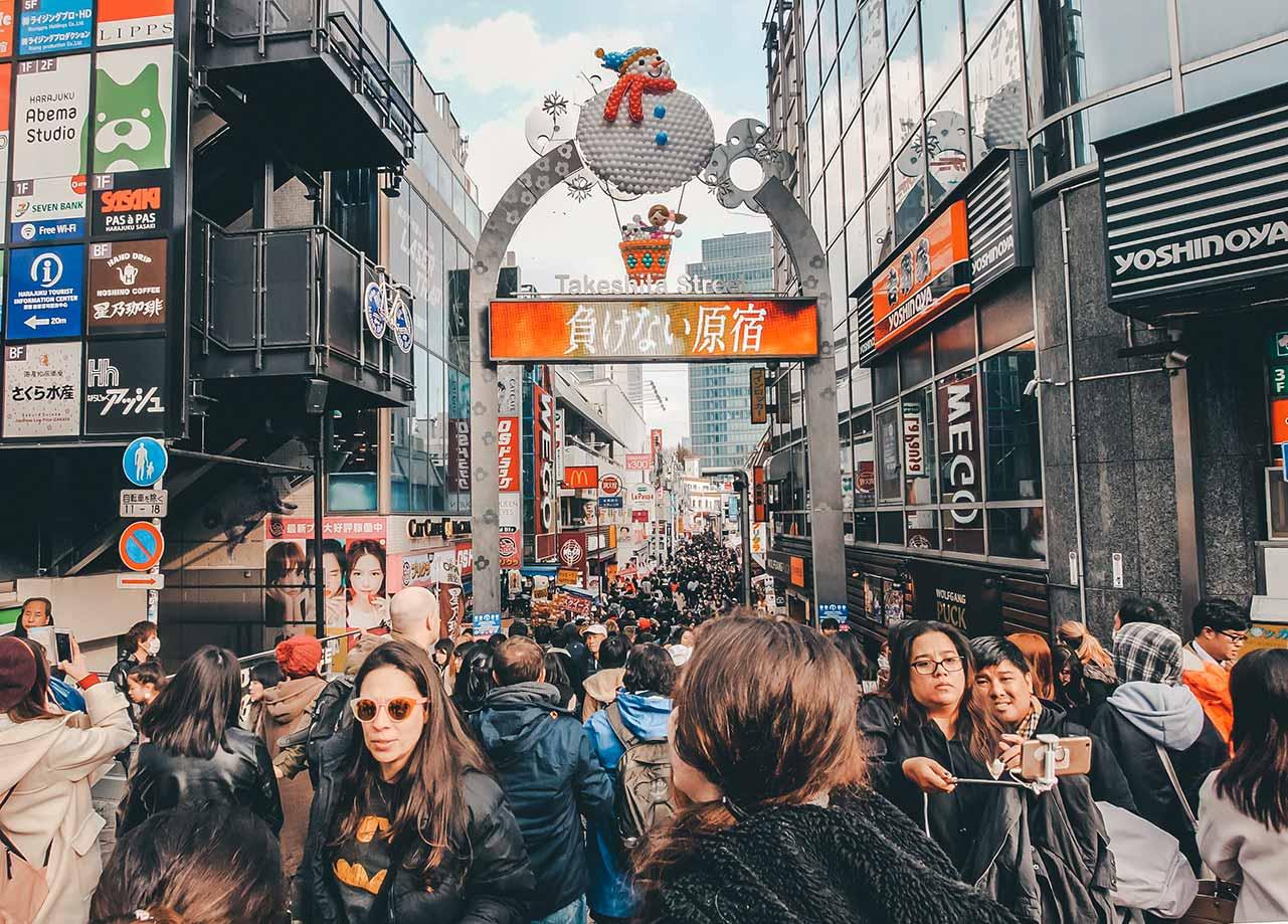 Menschenmenge auf der Takeshita Street in Tokio