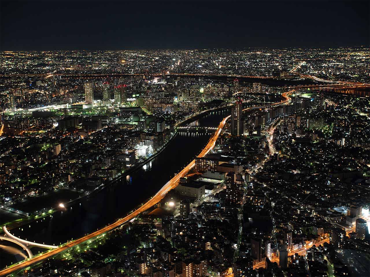Aussicht vom Tokyo Skytree auf Sumida Fluss bei Nacht