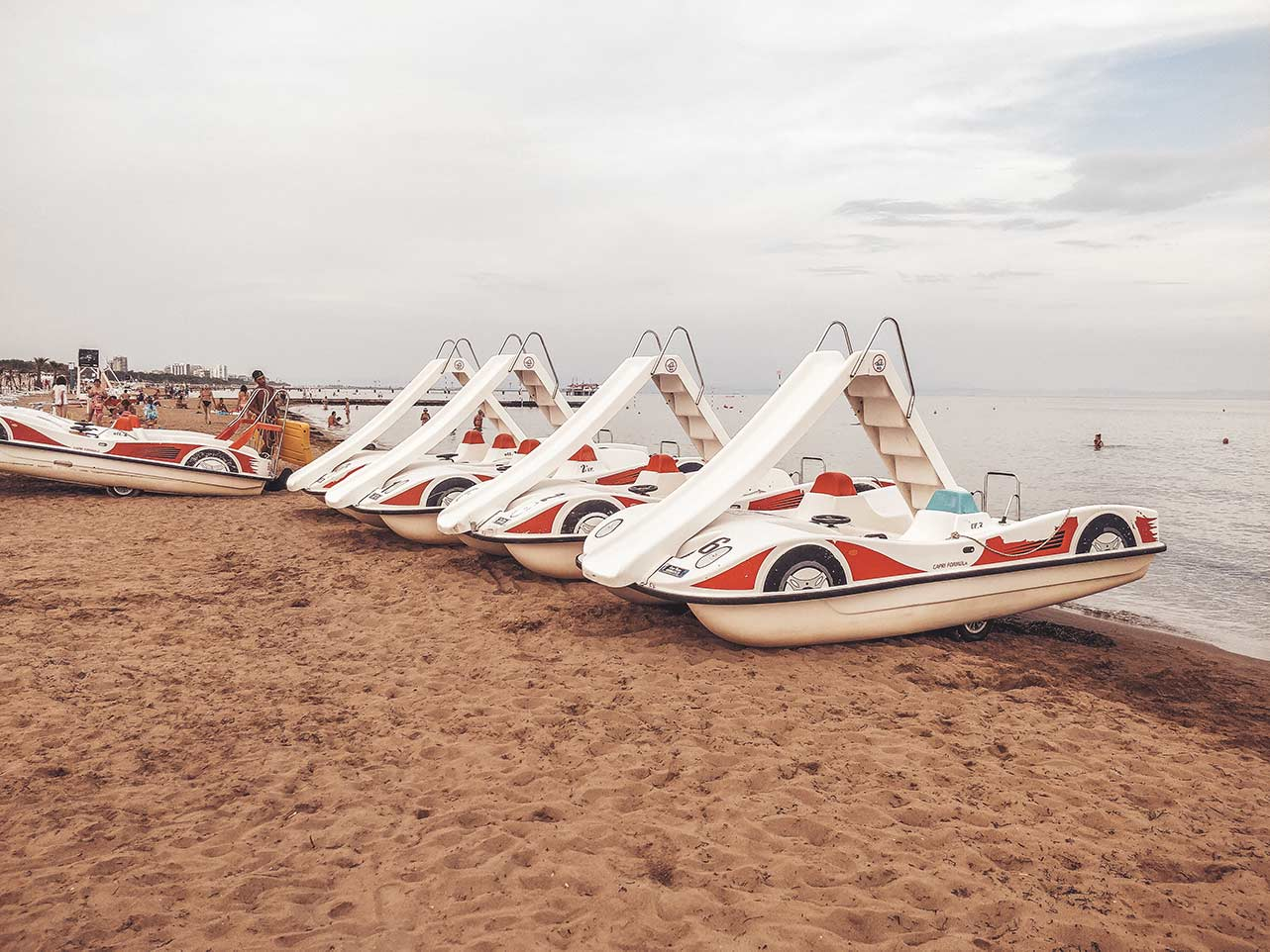 Tretboote mit Rutscha am Strand von Lignano Sabbiadoro
