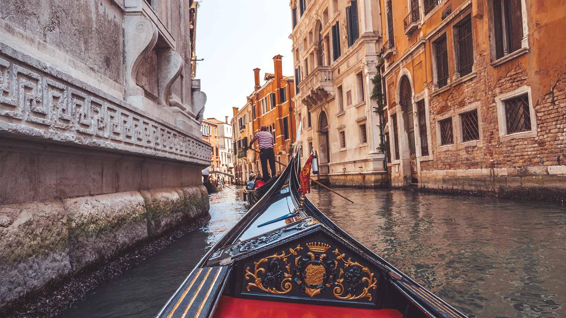 Gondel Fahrt durch den Kanal von Venedig