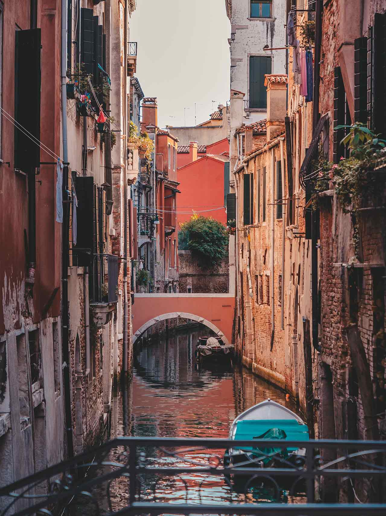 Boot in einem Kanal von Venedig