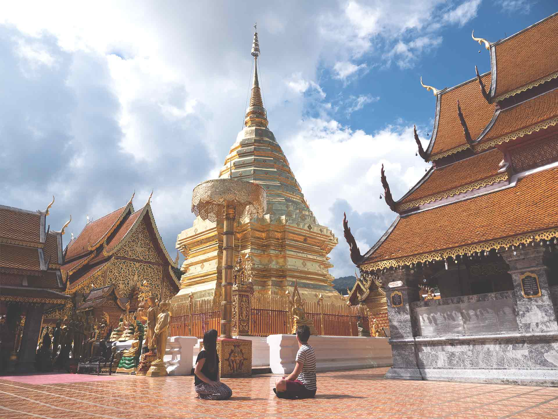 Wat Phra That Doi Suthep - Jasmin und Valentin vor dem Tempel