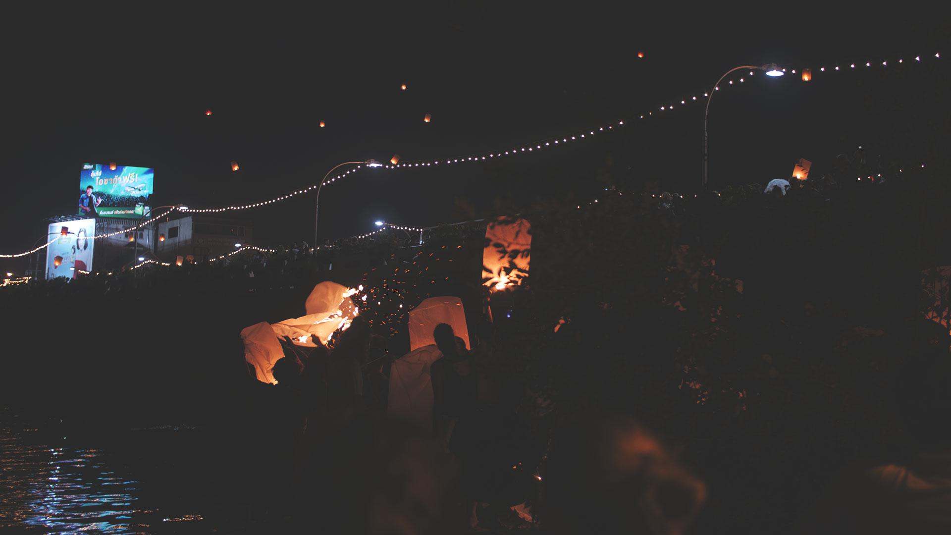 Yee Peng Festival in Chiang Mai - Laterne geht am Steg neben der Nawarat Bridge in Flammen auf