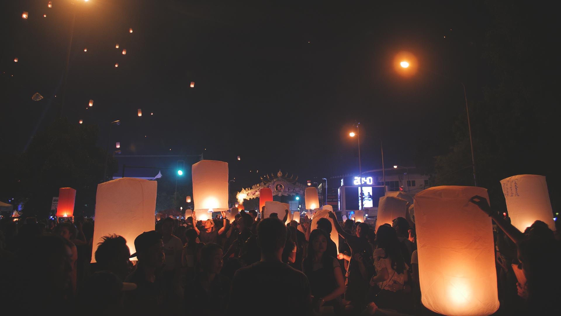 Yee Peng Festival in Chiang Mai - Laternen steigen in den Himmel auf