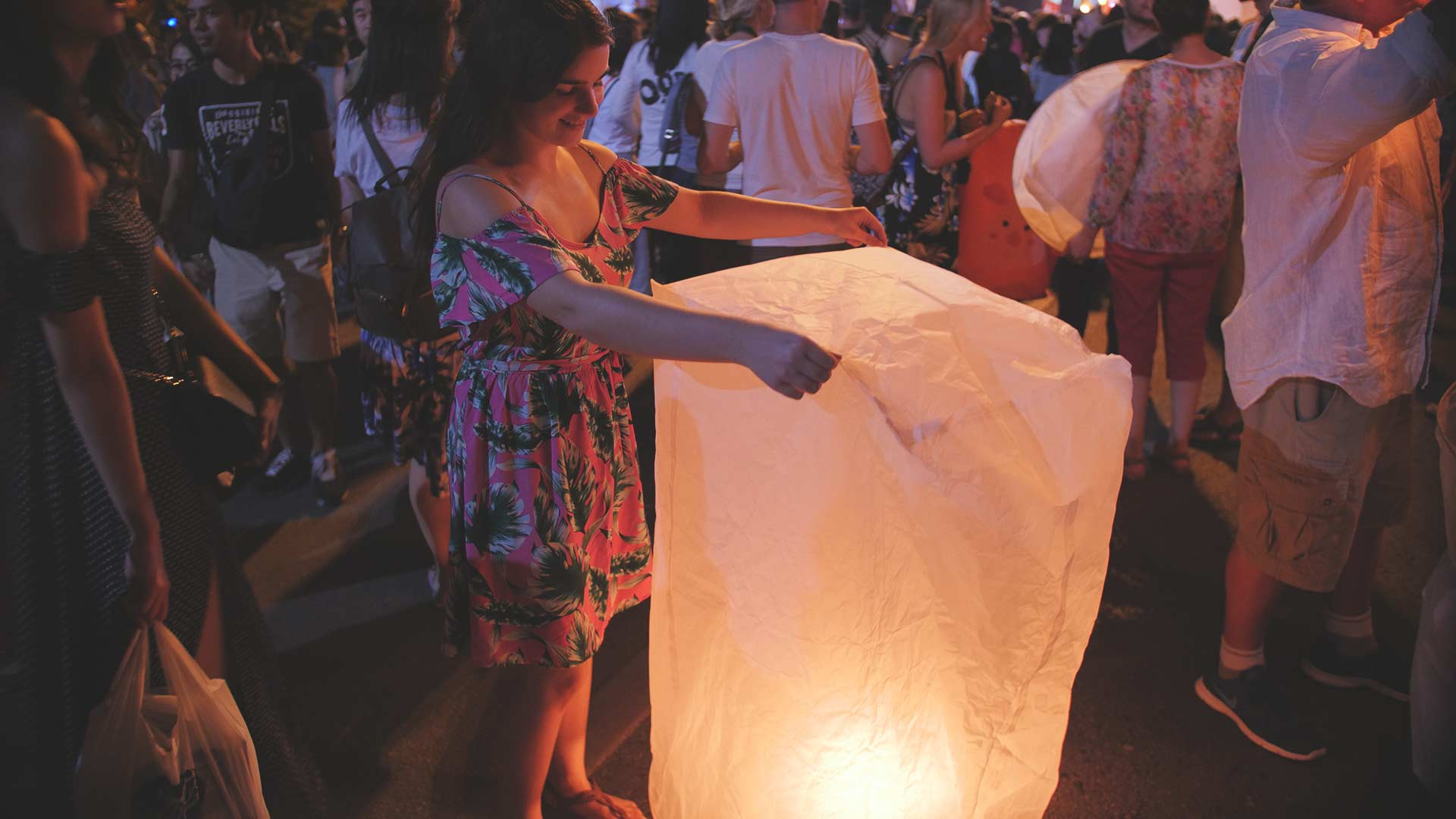 Yee Peng Festival in Chiang Mai - Jasmin mit einer Laterne