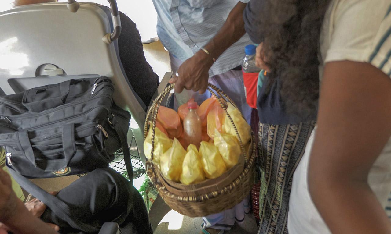 Händler mit Essen im Zug von Kandy nach Ella in Sri Lanka