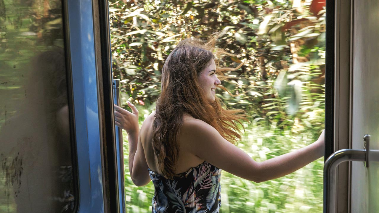 Jasmin lehnt sich aus Zugtür in Sri Lanka