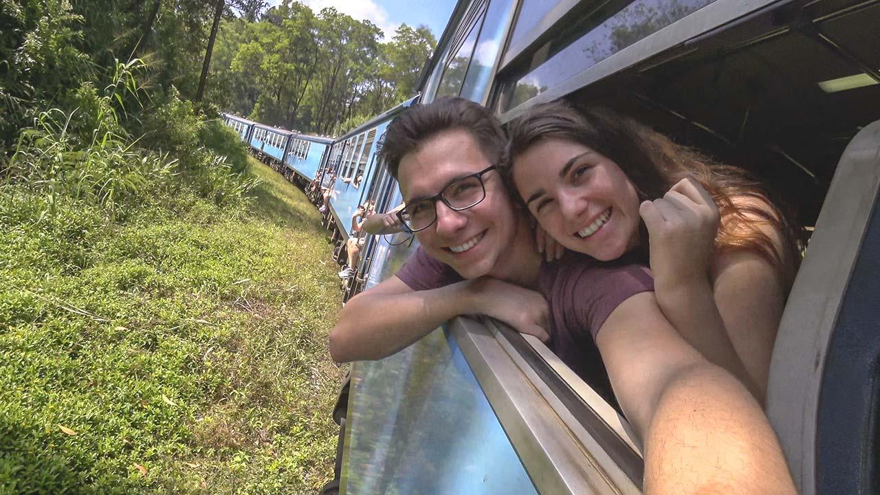 Valentin und Jasmin strecken ihre Köpfe aus dem Zug, Sri Lanka